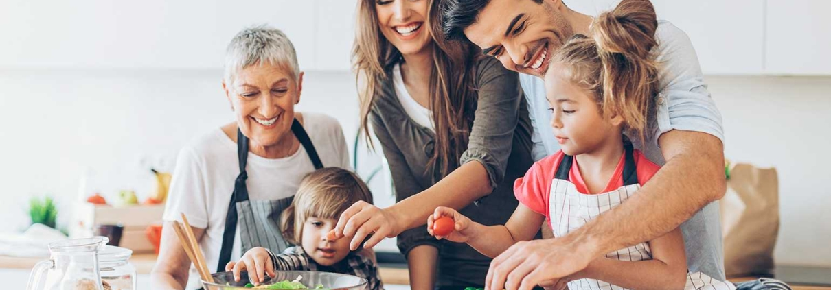 Хранене на деца, Хранене на бебето, Как да се храним здравословно, Family-CellsGenetics-Hranene-Roditeli-Deca-YuppieEdu